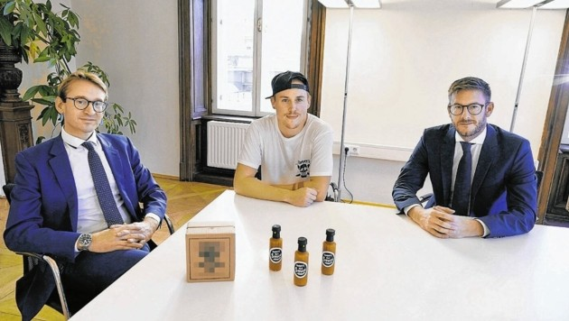 Thomas Hlatky (Mitte) mit seinen Anwälten Markus Leitner (links) und Michael Hirth. Der Saucen-Weltmeister will neu durchstarten. (Bild: Sepp Pail)