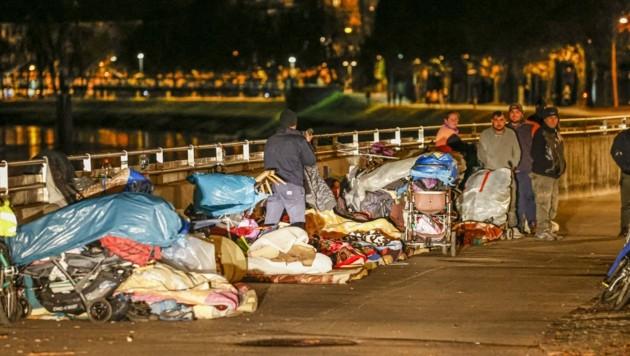 Matratzenlager unter der Eisenbahnbrücke: Die Bettler verbringen hier die Nacht, ein festes Quartier gibt es zur Zeit in Salzburg nicht. (Bild: Tschepp Markus)