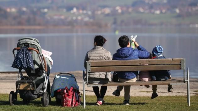 Am Wallersee nutzten viele die letzten wärmenden Sonnenstrahlen. (Bild: Tröster Andreas)