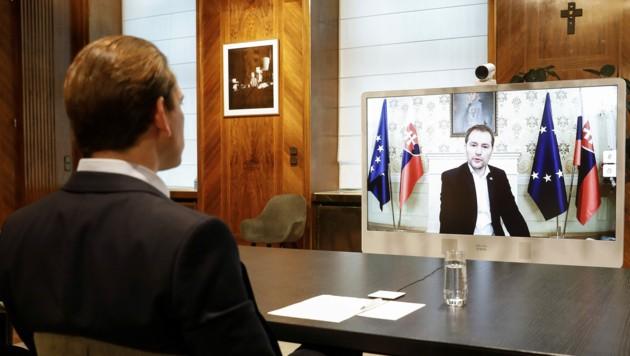 Bundeskanzler Sebastian Kurz anlässlich einer Videokonferenz mit dem slowakischen Ministerpräsidenten Igor Matovic (re. am Bildschirm) zum Thema Corona-Massentests (Bild: BUNDESKANZERLAMT/DRAGAN TATIC)