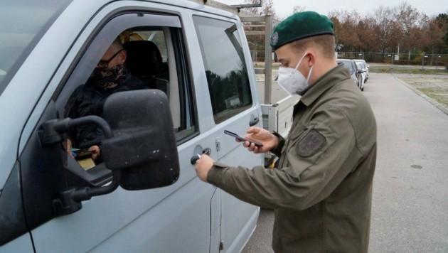Soldaten sollen die NÖ-Behörden bei Kontrollen und Tests tatkräftig unterstützen. (Bild: Bundesheer/Sebastian Schubert)