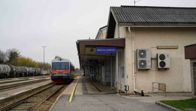 Wenig einladend: Der Bahnhof in Ried ist mittlerweile schon ziemlich in die Jahre gekommen. (Bild: Scharinger Daniel)