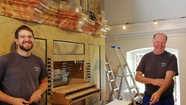 Pius (li.) und Christian Erler vor der Fertigstellung der Orgel in St. Kathrein (Stmk). (Bild: Erler)