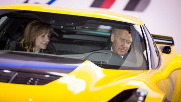 Er liebt schnelle Autos - setzt sich aber auch fürs Klima ein: Joe Biden und GM-Chefin Mary Barra in einer Corvette Z06 (Bild: General Motors)