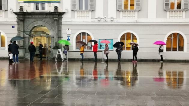 Warteschlange vor dem Klagenfurter Rathaus: Viele wollten Anträge für Zuschüsse sowie Rechnungen einreichen. (Bild: Media KLU)