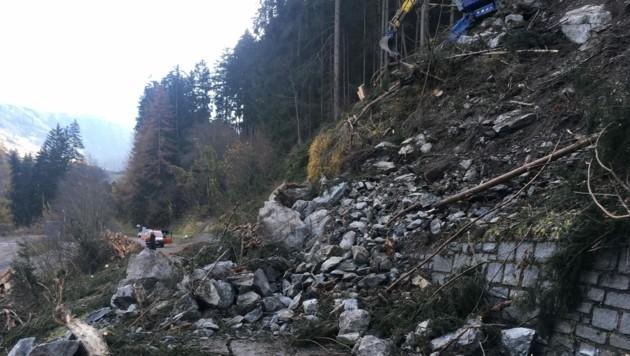 Umfangreiche Abräumarbeiten in schwierigem Gelände erfordern eine längere Straßensperre. (Bild: Land Tirol/Schatz)