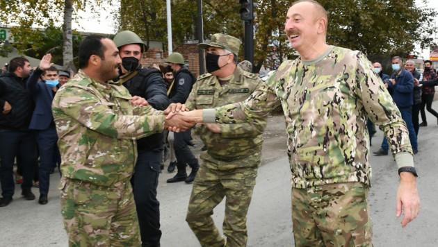 Der aserbaidschanische Präsident Ilham Alijew (r.) besuchte die zurückeroberten Städte. (Bild: AFP)