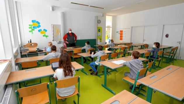 Direktor Klaus Schneider beaufsichtigt ein paar Schüler im Akademischen Gymnasium (Bild: Markus Tschepp)