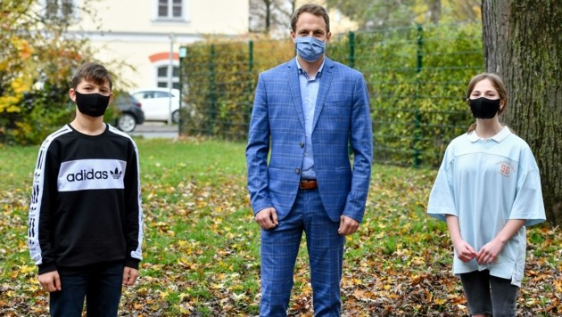 Michael Haas, Direktor MS 11 in Linz, mit zwei Schülern. (Bild: Dostal Harald)