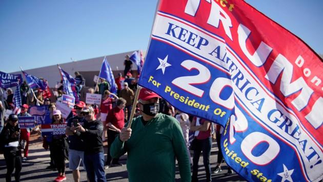 Unterstützer Donald Trumps bei einem Protestmarsch in Nevada (Bild: AP)
