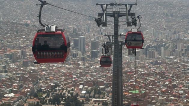 Die Seilbahn in La Paz: Geht es nach den Plänen der NEOS, könnte auch in Wien eine Seilbahn zwischen Hütteldorf und Ottakring errichtet werden. (Bild: AP)