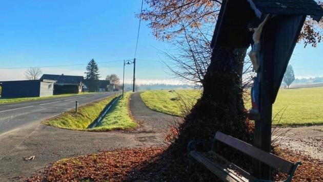 An dieser Stelle in Herbersdorf, nur wenige Meter von seinem Elternhaus entfernt, verunglückte der Jugendliche. (Bild: Schwaiger Gerald)