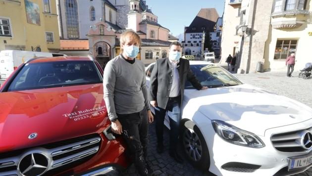 Der Haller Taxiunternehmer Florian Heel (Taxi Kratzer-Heel) und sein Mitbewerber Robert Rohregger (links) würden sich mehr Unterstützung von Bundes- und Landesseite wünschen. (Bild: Birbaumer Christof)