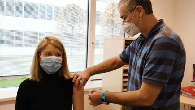 Christine Haberlander bei ihrer Grippeimpfung. (Bild: Engelsberger)