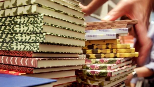 Im Gegensatz zu Waffen und Reisen dürfen Bücher derzeit nicht vor Ort angeboten werden. (Bild: APA/DPA/Frank May)