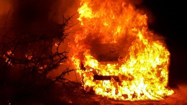 Schon wieder stand in Telfs plötzlich ein Pkw in Flammen. (Bild: Zeitungsfoto.at/Team)