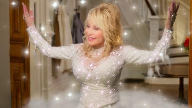"Dolly Parton in einer Szene des Netflix-Films ""Dolly Parton's Christmas on the Square."" (Bild: © 2020 Netflix, Inc.)"