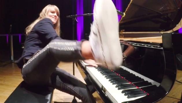 Live zeigt die Pianistin vollsten Körpereinsatz. (Bild: K. Alber)