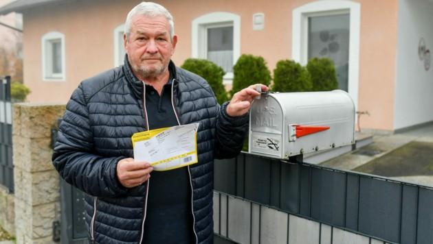 """Pensionist Egon L. mit der Benachrichtigung des Postzustellers, der sein Packerl mit bestellten Medikamenten in St. Martin in Traun hinterlegt hatte. Der 70-Jährige ärgert sich über den 24-Kilometer-Umweg: """"Eine Pflanzerei!"""" (Bild: © Harald Dostal)"""