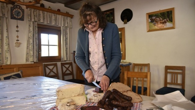 Einen Teil der Lämmer wird er gemeinsam mit seiner Frau Anneliese zu Lamm-Würstel und Lamm-Bündnerfleisch weiterverarbeiten und anschließend verkaufen. (Bild: Holitzky Roland)