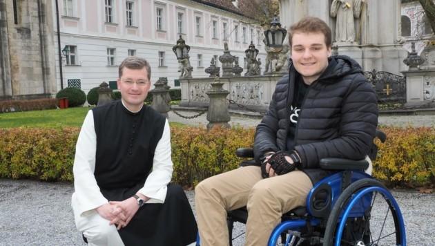 Zisterzienserpater Johannes mit Theologiestudent Luca (Bild: Gabriele Moser)