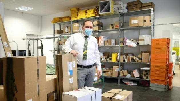 Siegfried Gruber vom Postamt am Halleiner Pramerplatz zeigt den prall gefüllten Lagerraum. (Bild: Tröster Andreas)