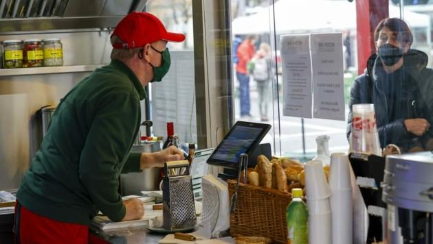 Ronny Tiefengraber darf im Marktgebiet Würstel verkaufen. (Bild: Tschepp Markus)
