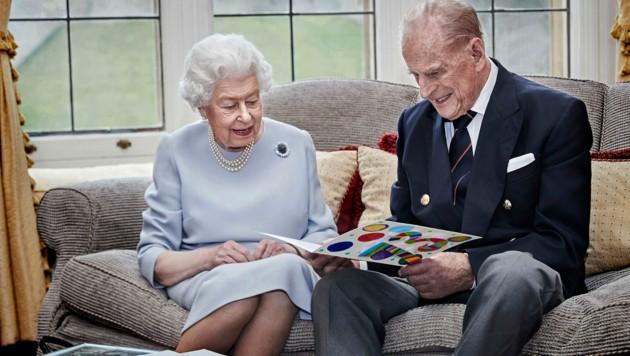 Zum 73. Hochzeitstag bastelten Prinz George, Prinzessin Charlotte und Prinz Louis ihren Urgroßeltern Queen Elizabeth und Prinz Philip eine süße Glückwunschkarte. (Bild: AFP)