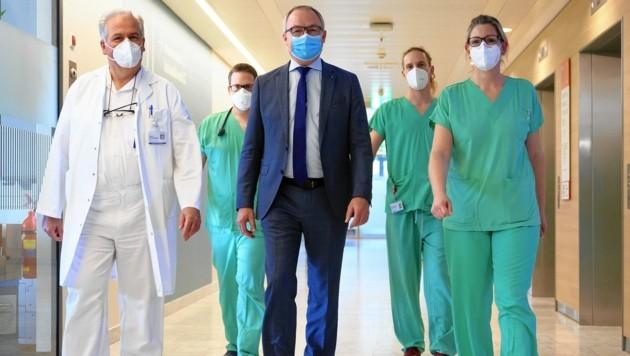 """Ärzte und Pflegekräfte aus den Spitälern richteten mit Landesvize Stephan Pernkopf einen dringenden Appell an die Niederösterreicher: """"Helfen Sie mit, halten Sie die Maßnahmen ein!"""" (Bild: NLK/Burchhart)"""