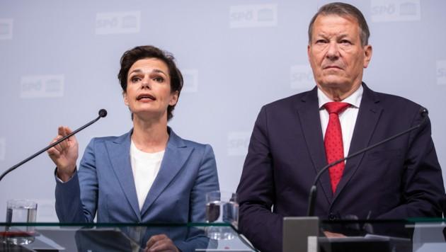SPÖ-Chefin Pamela Rendi-Wagner und der Präsident des SPÖ-Pensionistenverbandes, Peter Kostelka (Bild: APA/GEORG HOCHMUTH)