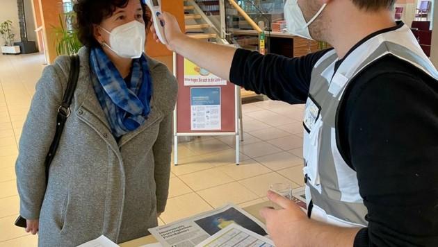 Eine Fiebermessung am Eingang ist mittlerweile Pflicht, Mitglieder der JVP helfen etwa in Wiener Neustadt mit. (Bild: Volkspartei Wiener Neustadt)