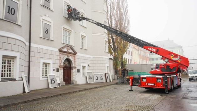 Der Kunstadventkalender auf der Liebburg wird von der Feuerwehr aufgebaut. (Bild: Stadt Lienz)