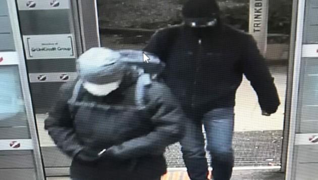 Die Verdächtigen beim Betreten der Bank in Klosterneuburg (Bild: APA/LPD NÖ)