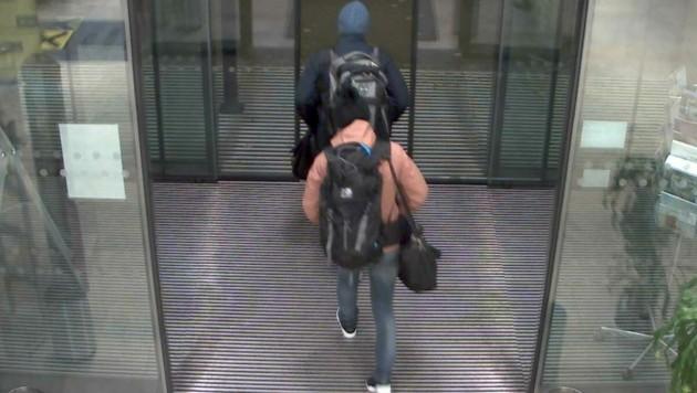 Die Verdächtigen in der Bank in Mödling (Bild: APA/LPD NÖ)