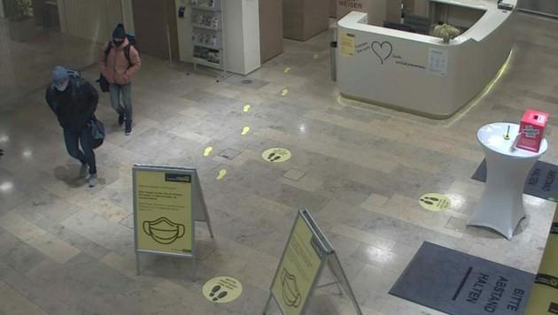 Die Verdächtigen im Bankfoyer in Mödling (Bild: APA/LPD NÖ)