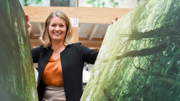 """""""Kein Tag ist gleich"""", sagt Denise Lang über ihre Arbeit für """"360 decoro"""". Das Familienunternehmen in Leonding steht für individuell gestaltetes Interior-Design. Gedruckt wird auf fast allen Materialien. (Bild: Markus Wenzel)"""