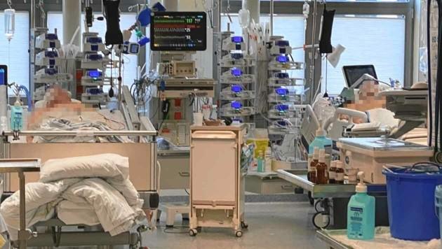 Ein Foto aus der Covid-Intensivstation im Uniklinikum Salzburg: Die meisten der Patienten hier liegen im künstlichen Tiefschlaf und müssen rund um die Uhr überwacht werden. (Bild: SALK)