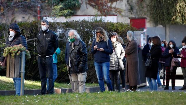Bürger von Bozen stellen sich für den Corona-Test an. (Bild: ASSOCIATED PRESS)