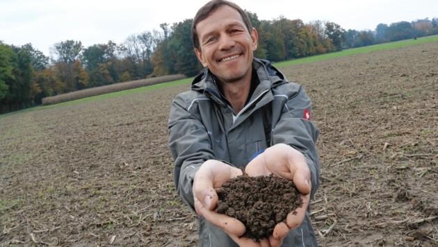 Da lacht das Herz des Humusexperten Hannes Maßwohl (Bild: Christian Jauschowetz)