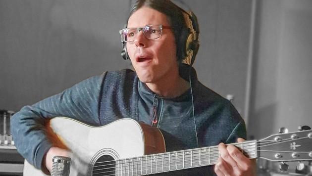 Stefan Wolf übte Gitarre beim Pendeln. (Bild: Kräutler Simon)