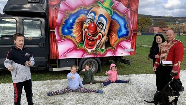 Vom Schoßhündchen über die Kinder bis zum Direktor - die ganze Artistenfamilie benötigt dringend Finanzhilfe. (Bild: Christian Schulter)