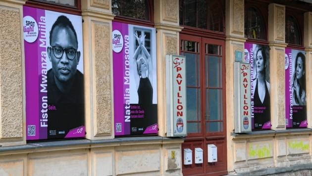 Die Plakate hängen nicht nur am Volksgartenpavillion Graz, sondern auch an vielen anderen Plätzen. Perfekt zum Spazieren