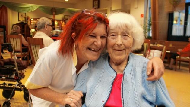 Olga Krenn mit ihrer Enkeltochter Daniela Schweigler, die ihr große Stütze ist