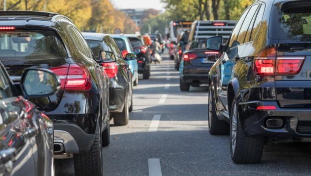 """Geht es nach Vizekanzler Werner Kogler (Grüne) soll die NoVA für SUVs - also """"große Stinker"""" - bald steigen. (Bild: stock.adobe.com)"""