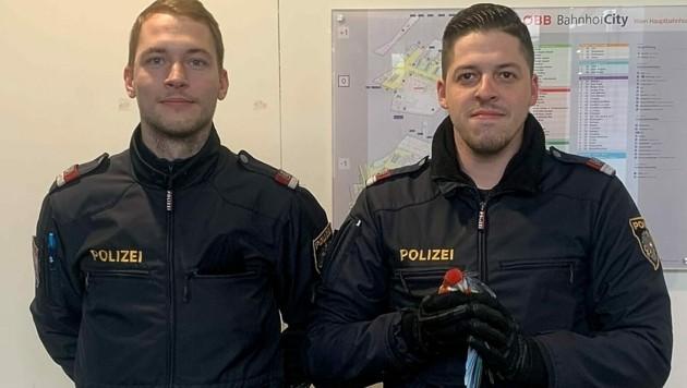 Inspektor Matthias G. und Revierinspektor Patrick M. mit dem Papagei (Bild: LPD Wien)