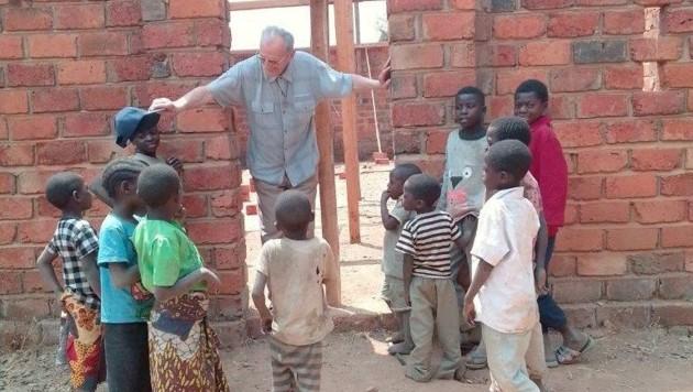 Im Kongo will der Geistliche Waschanlagen für Kinder bauen