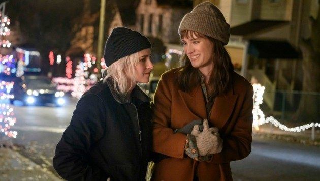 "Kristen Stewart und Mackenzie Davis in einer Szene in ""Happiest Season"" (Bild: Jojo Whilden/Hulu via AP)"