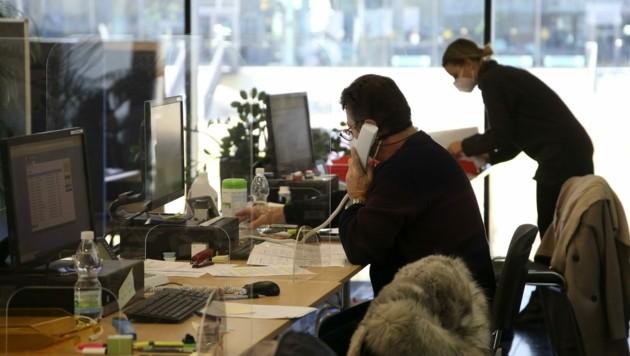 Die Contact-Tracer telefonieren und ermitteln Kontaktpersonen von positiv Getesteten (Bild: Tröster Andreas)