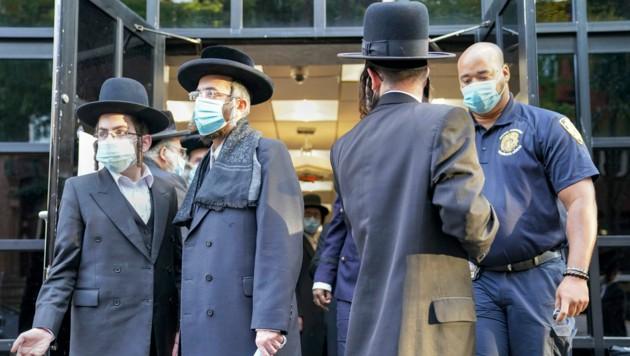 Erst im Oktober wurde die Hochzeit eines Enkels des Rabbis Zalman Leib Teitelbaum verboten, nachdem die Behörden Wind davon bekommen hatten, dass 10.000 Gäste erwartet würden. (Bild: AP)