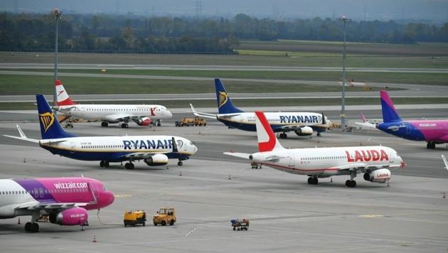 Viele Flugzeuge bleiben derzeit am Boden. Das wirkt sich dramatisch auf die gesamte Reisebranche aus. (Symbolbild).
